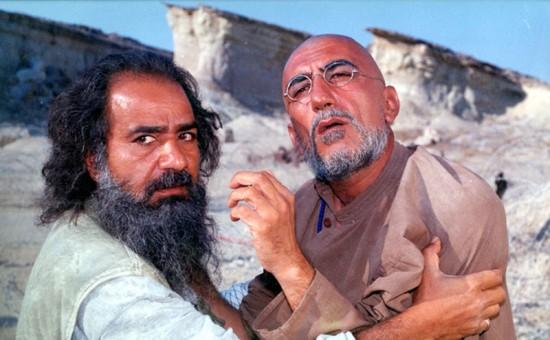 """رضا کیانیان و پرویز پرستویی در نمایی از """"روبان قرمز"""""""