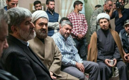 حسین باقریان در نقش هاشمی رفسنجانی در راست تصویر دیده می شود