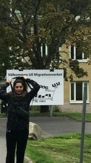 تصویر بهناز سلیمانی در برابر سفارت سوئد