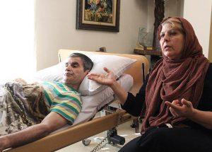اصغر شاهوردی در کنار همسرش