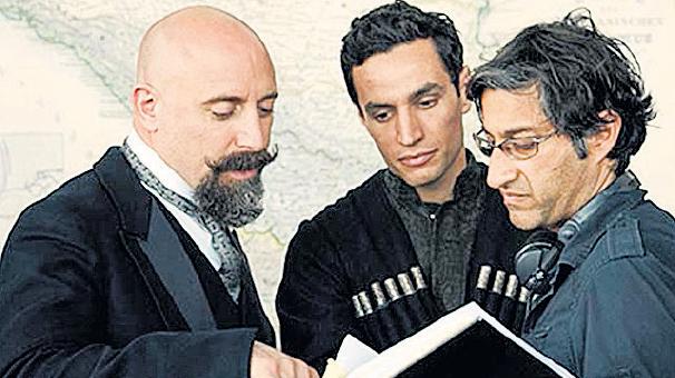 """حالت ارگنچ(چپ) در کنار """"آصف کاپادیا""""(کارگردان) و """"آدام بکری""""(بازیگر)"""