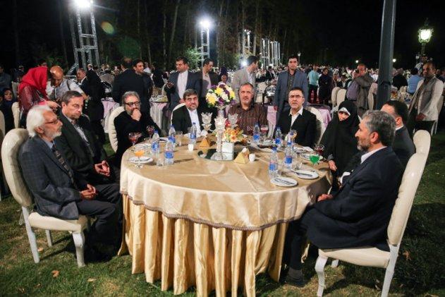 مسعود کیمیایی و جمشید مشایخی بر سر میزی پر از مسئول مملکتی