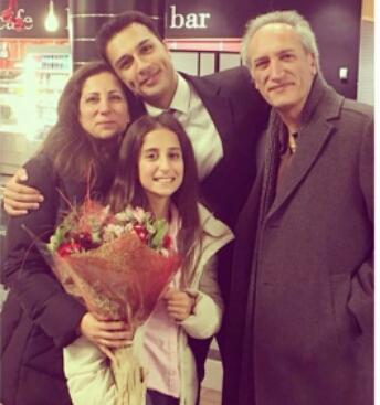فرزان اطهری در کنار خانواده اش
