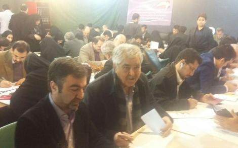 محمود عزیزی در حال ثبت نام برای انتخابات