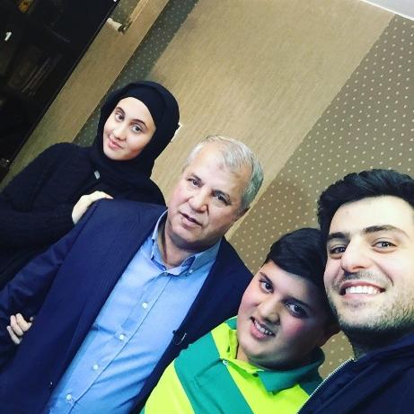 علی پروین در کنار علی ضیاء
