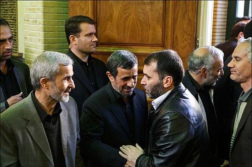 عکس تزیینی است و مربوط به حضور ده نمکی در مراسم ختم مادر احمدی نژاد