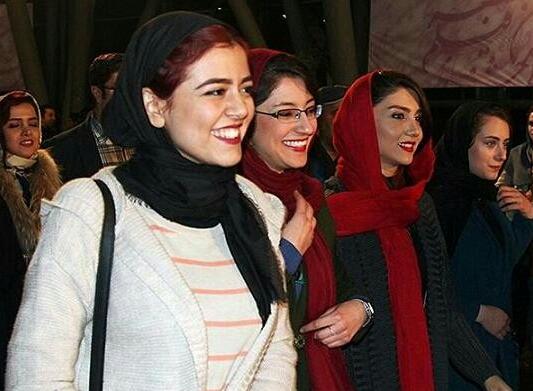 """سارا میرکریمی(راست با شال قرمز) در رونمایی """"دختر"""" در جشنواره"""