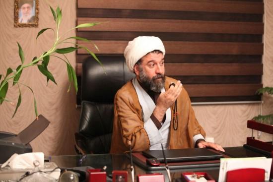 علی انصاریان در نقش یکی از مدیران دفتر موسیقی ارشاد